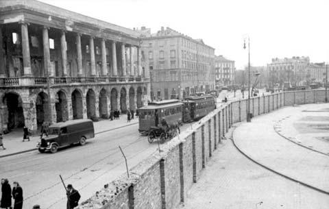 Gueto de Varsóvia sendo construído